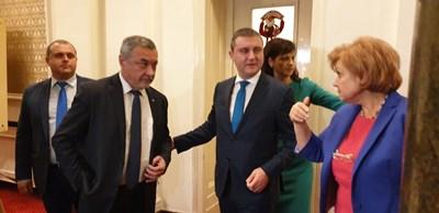 Финансовият министър Владислав Горанов, шефките на бюджетната комисия Менда Стоянова и на ПГ на ГЕРБ Даниела Дариткова, лидерът на НФСБ Валери Симеонов и Искрен Веселинов от ВМРО излизат от срещата.