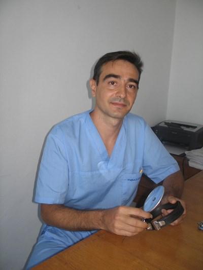 """Д-р Георги Николов, главен асистент в университетската клиника по """"Уши, нос и гърло"""" в Плевен спаси 13-годишната Нина, докарана в болницата със забит нож в лицето. СНИМКА: БУРЯНА БОЖИНОВА"""