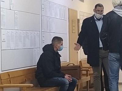 Петър Георгиев в съда (седналият)