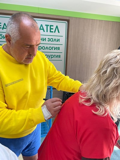 Борисов дава автограф на гърба на Оля Снимка: Фейсбук