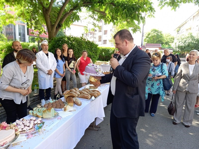 Зам. аграрният министър Явор Гечев опита торта, произведена от студентите.
