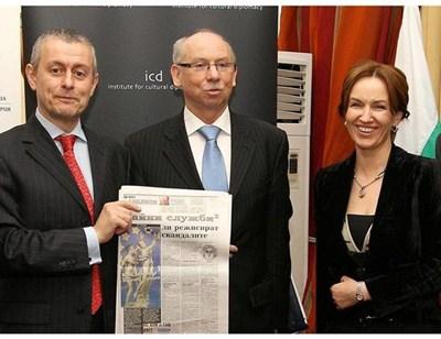 Соломон и Гергана Паси с еврокомисаря по финансите Януш Левандовски през 2011 г., когато ЕК дава ход на идеята за универсално зарядно.
