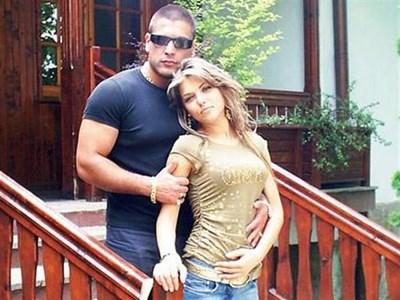 """Красимир и Магда, снимани през 2006 г. Тогава той явно се е изкушавал да носи ланци, каквито сега, както твърди певицата, вече не слага. СНИМКИ: СП. """"НОВ ФОЛК"""" И АРХИВ НА """"ПАЙНЕР"""""""