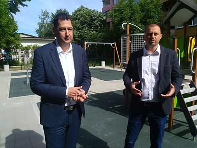 Градоначалникът Иван Тотев и районният кмет Борислав Инчев откриха новата детска площадка СНИМКА: Анелия Перчева