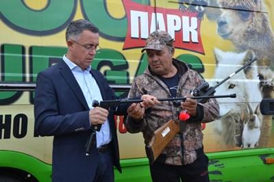 Кметът на Кърджали Хасан Азис разглежда пушката, с която беше упоено дивото животно