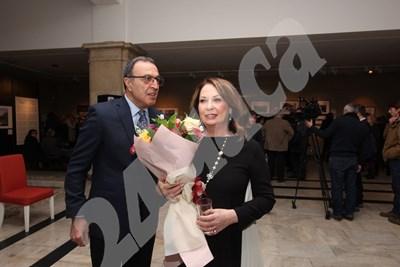 Президентът Петър Стоянов пристигна за откриването на изложбата с голям букет за съпругата си Антонина Стоянова. Снимки: Николай Литов СНИМКА: 24 часа