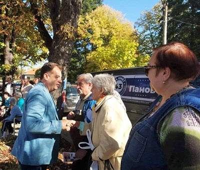 Жители на Хотница и Русаля благодариха на Даниел Панов, че до двете села се стига по нов асфалт