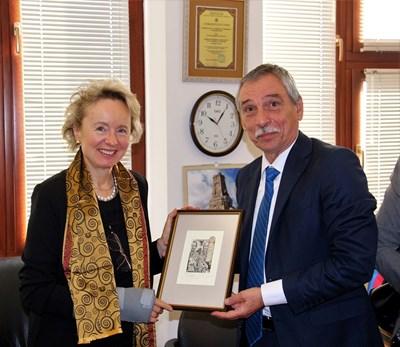 Проф.Христо Бонджолов върчи подаръци на посланичката на Австрия Андреа Вике