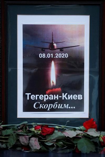 Плакат в памет на жертвите на трагедията в Техеран пред посолството на Иран в Киев