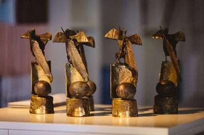 Призът е дело на скулптора проф. Емил Попов