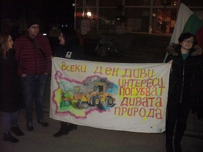 """""""Всеки ден диви интереси погубват дивата природа"""", такъв бе един от лозунгите, които издигнаха протестиращите срещу застрояването на Пирин в Стара Загора. СНИМКА: Ваньо Стоилов"""