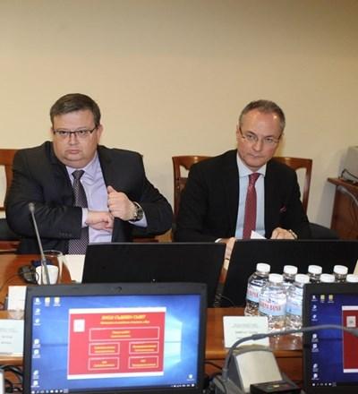 Главният прокурор Сотир Цацаров и шефът на ВКС Лозан Панов стоят един до друг на заседанията на пленума на ВСС. СНИМКА: Румяна Тонeва