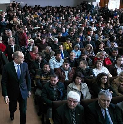 Румен Радев със студентите в ЛТУ