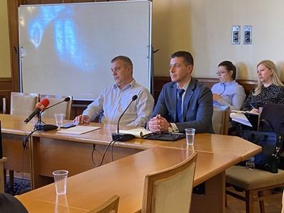 Емил Кошлуков (вляво) и Андон Балтаков на заседание на медийната комисия в парламента СНИМКА: АВТОРЪТ