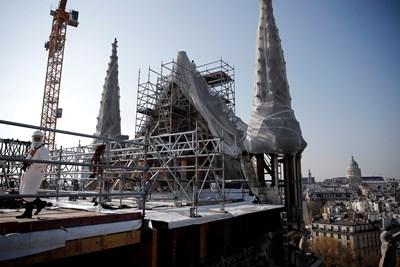 Последната фаза на усилията за осигуряване на нейната структура включва подсилване на повредените от пожар сводове с гигантски дървени рамки във формата на арка. Снимка РОЙТЕРС