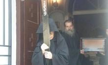 Подложени на тормоз жени разкриват: Монах Василий избира жертви в расо със сексапилни задни части