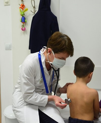 """Д-р Ирен Цочева преслушва момченце в детския кабинет по грип в """"Пирогов"""" СНИМКА: Йордан Симeонов"""