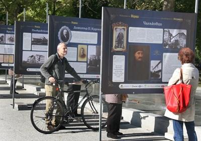 Пловдивчани с интерес разглеждат изложбата, която ще остане месец пред Цар Симеоновата градина. Снимки: Евгени Цветков