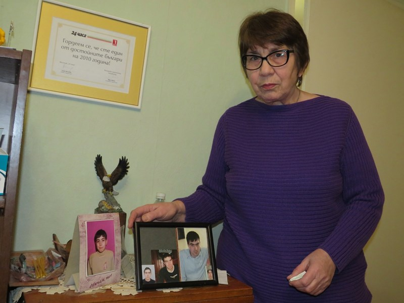 Стефка Сапунджиева пред снимките на сина си Сашо и грамотата за достоен българин
