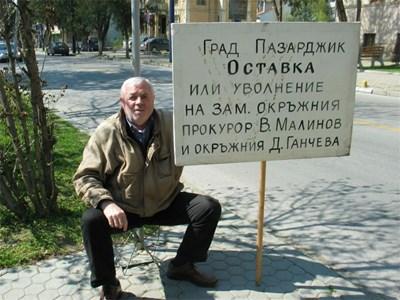 Протестиращият Никола Николов обяви гладна стачка и твърди, че ще се самозапали. СНИМКА: АВТОРЪТ