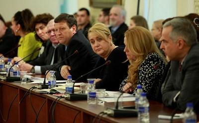 Бойко Василев, Вяра Анкова, Венелина Гочева, Веселин Божков от КРС (от дясно на ляво) слушат дискусията. СНИМКА: Десислава Кулелиева