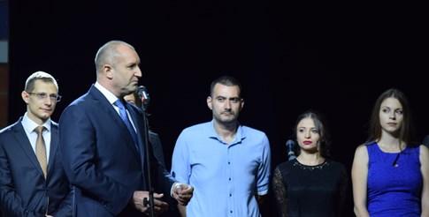 Румен Радев сред младите медици в Пловдив.