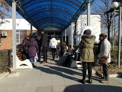 Опашки от хора се извиват пред администрациите, за да извадят смъртен акт на близките си. Затова в столицата увеличават служителите. СНИМКА: Велислав Николов