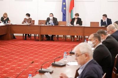 Депутатите от правната комисия се събраха в неделя, за да приемат промените в закона за извънредното положение.