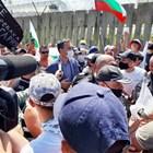 Кметът на Бургас Димитър Николов сред протестиращите пред оградата на 12 юли