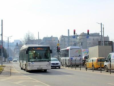 В част от автобусите на градския транспорт няма кондуктори, другите са с маски.