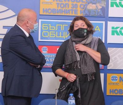 Ангел Попов и Малина Крумова разговарят преди началото на дискусията. СНИМКА: Румяна Тонева