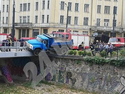 Камион надвисна над реката на Лъвов мост в София. СНИМКИ: Елеонора Кълвачева СНИМКА: 24 часа