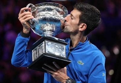 Новак Джокович с трофея си от Откритото първенство на Австралия СНИМКА: РОЙТЕРС