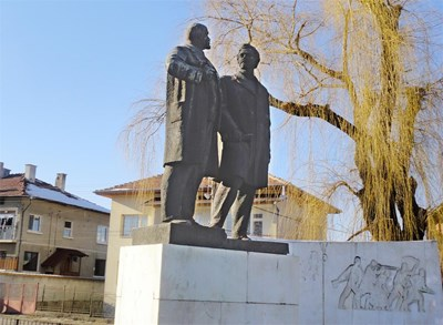 Паметникът на Ленин и Георги Димитров в с. Баня СНИМКА: ПАВЕЛ КОВАЧЕВ