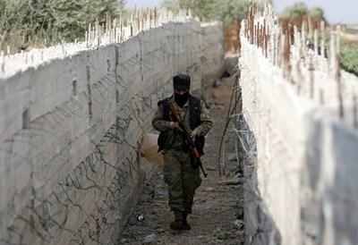 Турската армия и съюзниците й сред сирийските бунтовници обградиха разположения в северната част на страната град Африн  СНИМКА: Ройтерс