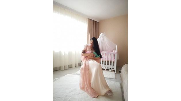 Вижте Славея Сиракова с новородената си дъщеря