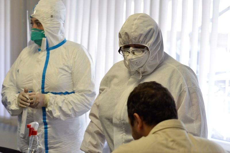 Лабораториите  правят тестове за коронавирус. СНИМКА: ЙОРДАН СИМЕОНОВ
