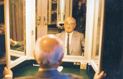 Петър Василев в гримьорната си в Народния театър