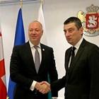 Премиерът на Грузия Георги Гахария посреща министъра на транспорта Росен Желязков.