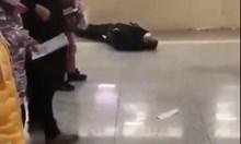 Публикуваха кадри с падащи хора по улиците в Китай (Видео)