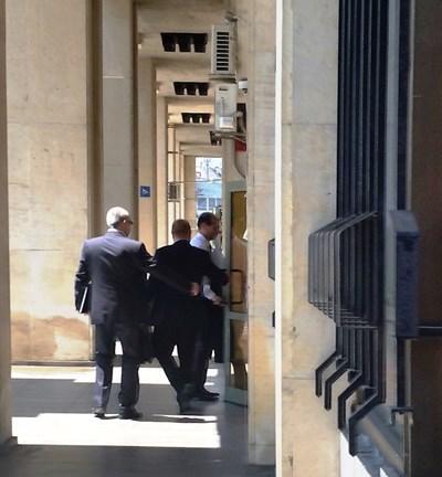 Старши комисар Калоян Калоянов влиза в сградата на апелативната прокуратура в Бургас на среща с прокурорите. СНИМКИ: ЕЛЕНА ФОТЕВА