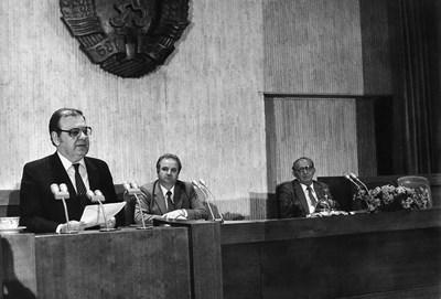 """Историческият момент на пленума на 10 ноември 1989 г. От трибуната Петър Младенов обявява, че Тодор Живков отива на """"заслужен отдих"""""""