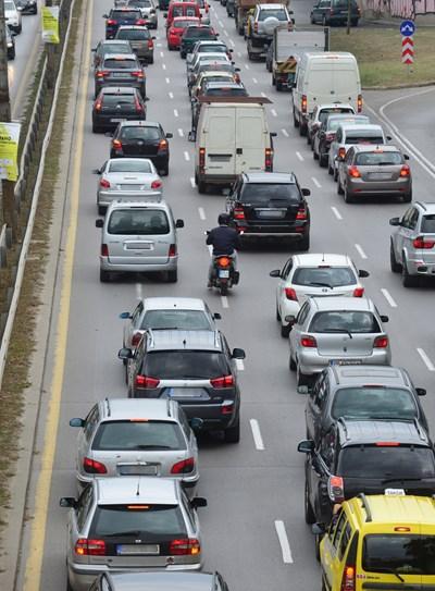 От АПИ апелират да се шофира разумно и със съобразена скорост. В участъците с ремонт, шофьорите е необходимо да предвидят повече време за пътуване, поради по-ниската скорост на движение.