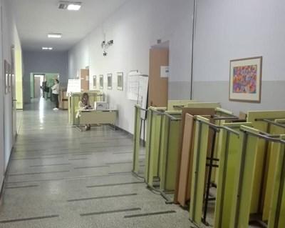 """Избирателна секция в бургаския к-с """"Лазур"""" - към 13 часа е полупразна. Снимка: Авторът"""