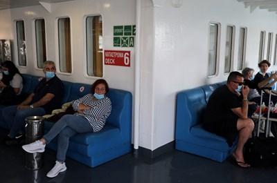 """Пътници на ферибот на пристанище """"Пирея"""" в Атина Снимка: Ройтерс"""