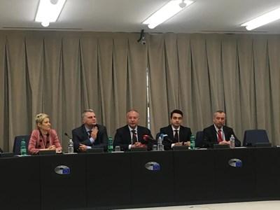 """Евродепутатите от БСП/""""Социалисти и демократи"""" отчитат в момента мандата. Снимка: Кристина Кръстева"""