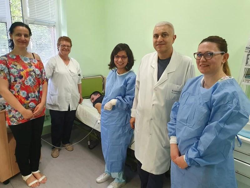 Проф. Ивайло Търнев и доц. Теодора Чамова (вляво от него) наблюдаваха първия си пациент през целия ден. Най-вляво е и майката на Александър - Николина Мацоева.