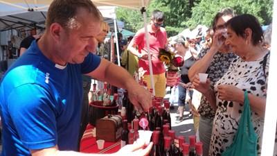 Туристи дегустират черешово вино. СНИМКА: Тони Маскръчка