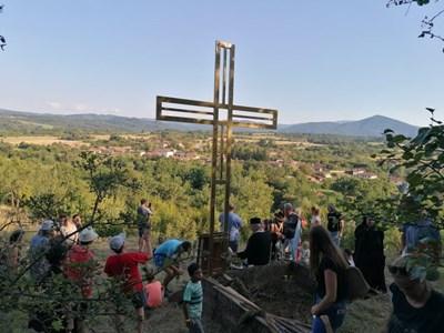 Четириметров кръст издигнаха над еленското село Марян