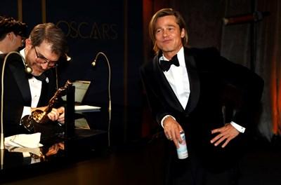 Брад Пит изчаква да гравират името на оскара му след церемонията в неделя вечерта. СНИМКИ: РОЙТЕРС И АРХИВ